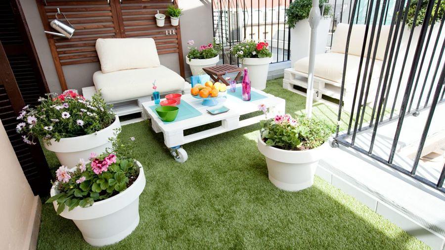 Terraza pequeña con pasto sintético