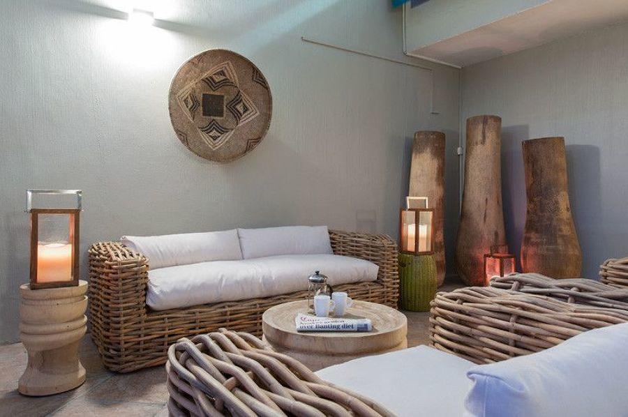 Terraza remodelada con mobiliario de mimbre