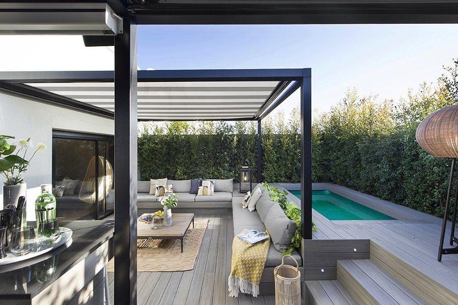 Terraza con piscina y pérgola