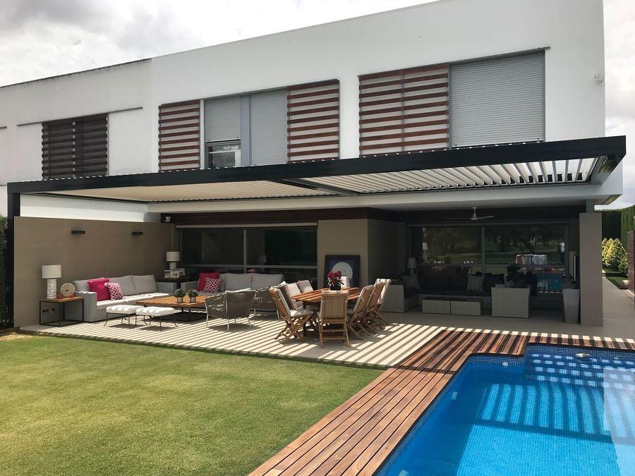 terraza con suelo de madera y césped artificial