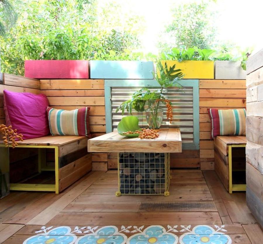 Terraza estilo boho con cojines de colores