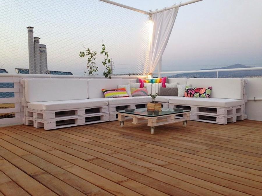 Terraza con mobiliario hecho con tarimas de madera