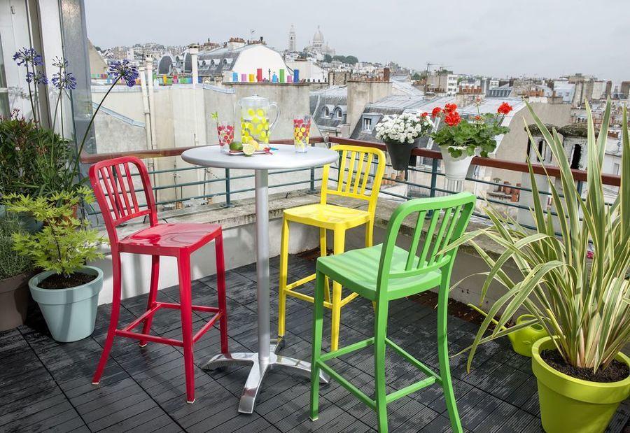 Terraza pequeña decorada con colores
