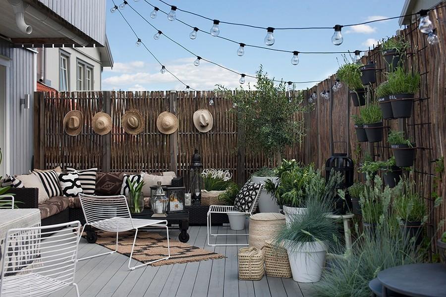 Terraza cubierta con bambú