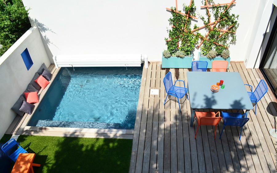 Foto terraza con alberca piso de madera y pasto for Cuanto cuesta hacer una piscina en mexico