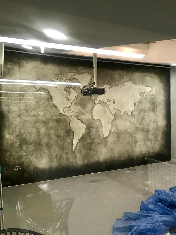 Tipo cemento con mapa mundi pintado a mano