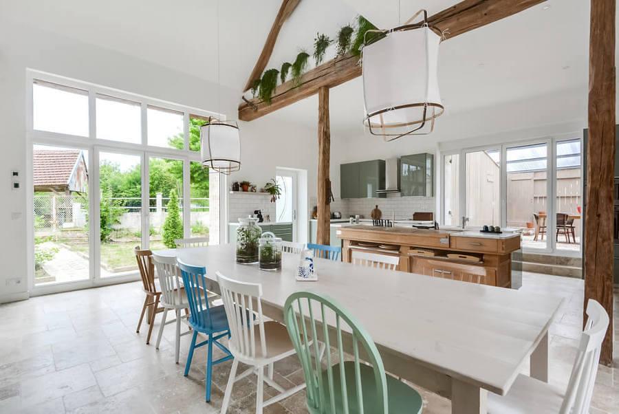 Cocina abierta con isla y vigas de madera