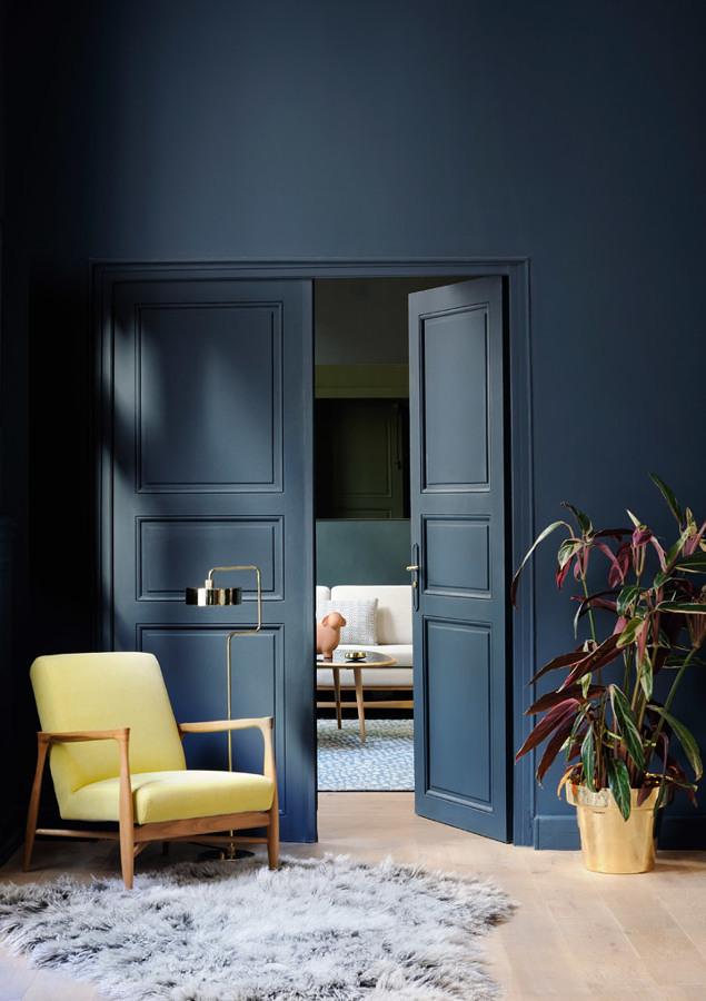 Pared y puerta en tono azul intenso