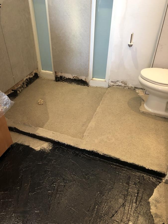 Trabajo de impermeabilización en todo el piso del baño
