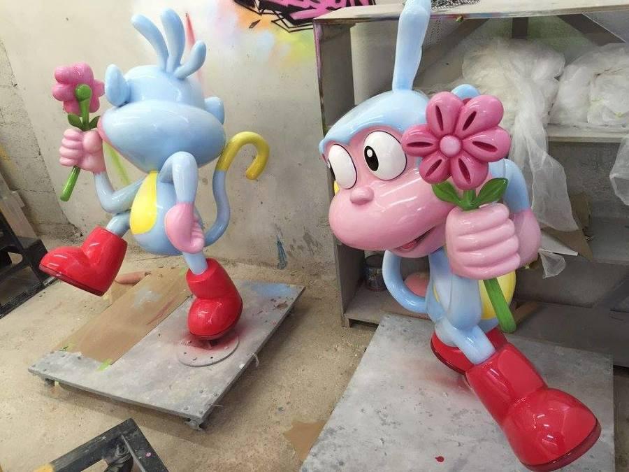 Trabajo de pintura sobre pieza de fibra de vidrio
