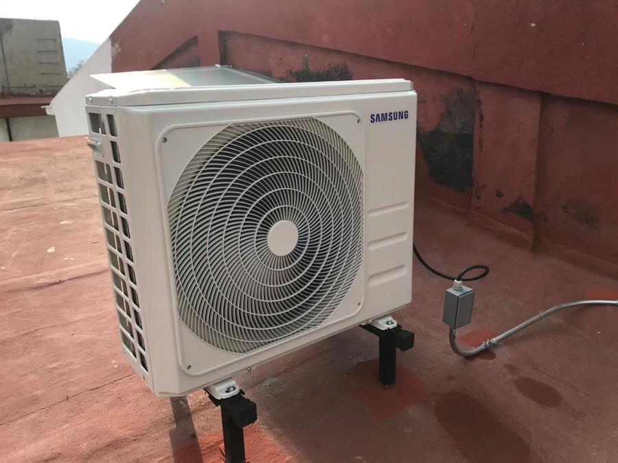 Unidad condensadora con base en techo con inclinación.