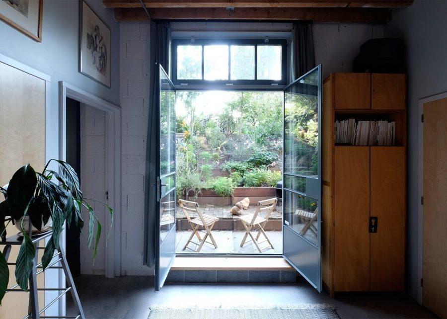 Puertas de vidrio abiertas al jardín