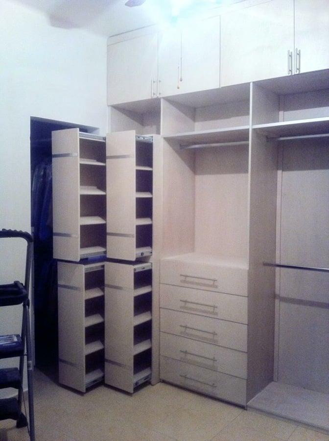 Foto vestidor con zapateras de closets y vestidores for Closet de madera modernos pequenos