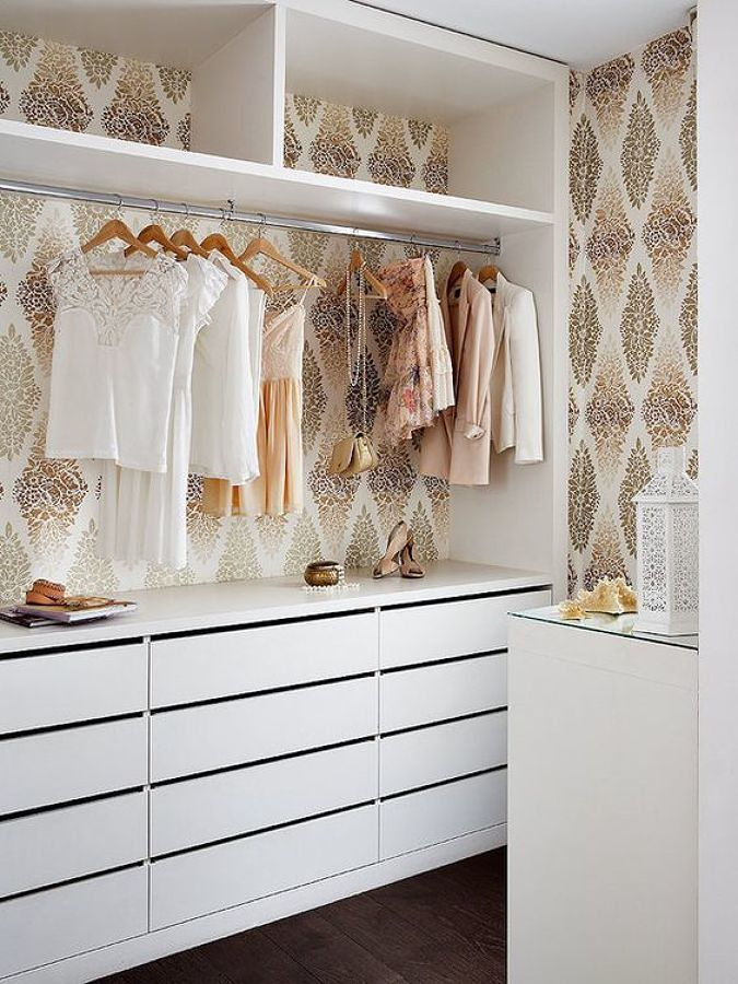 Vestidor con papel tapiz estilo vintage