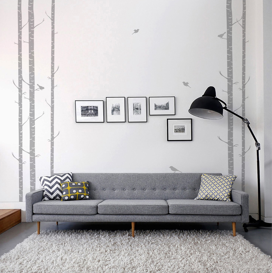 Sala decorada con cuadros y viniles