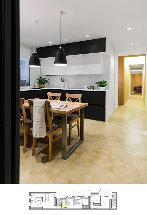 Cocina abierta con mobiliario negro