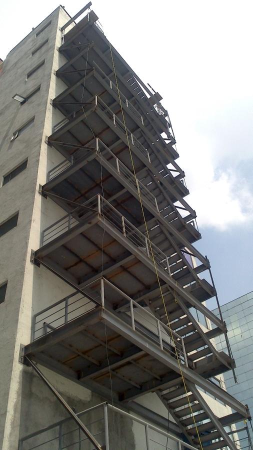 Vista de las escaleras faltando 1 piso por montar