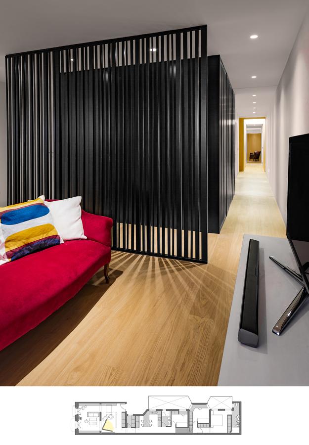 Sala de estar separada con celosía metálica