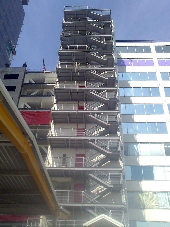 Escaleras de emergencia a base de estructura de acero for Escaleras de emergencia