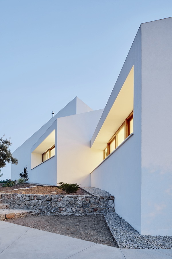 Casa con fachada blanca y jardín