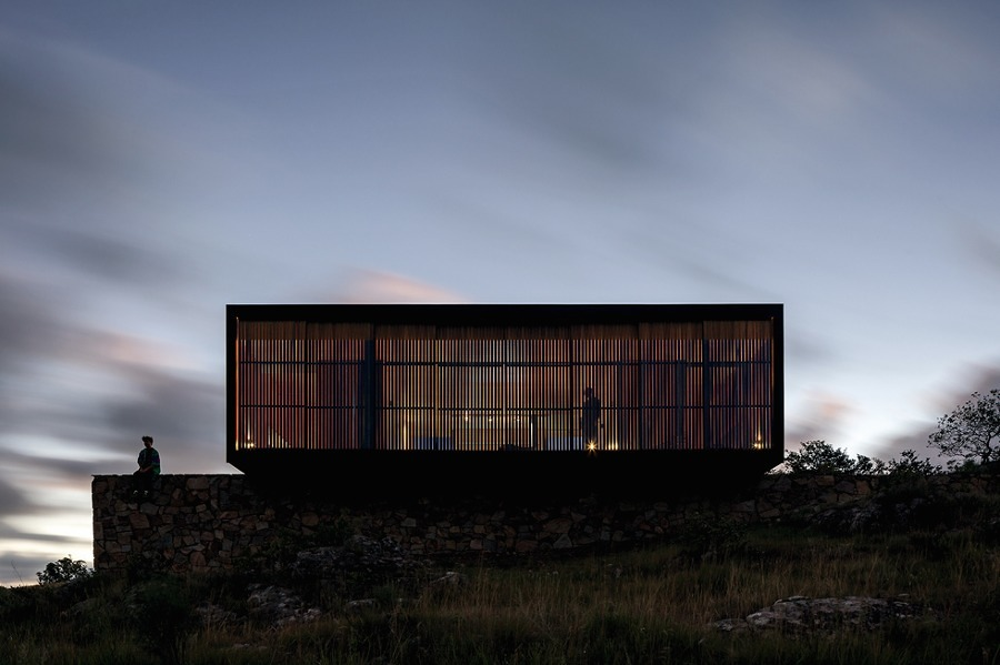 Fachada casa prefabricada con lamas de madera