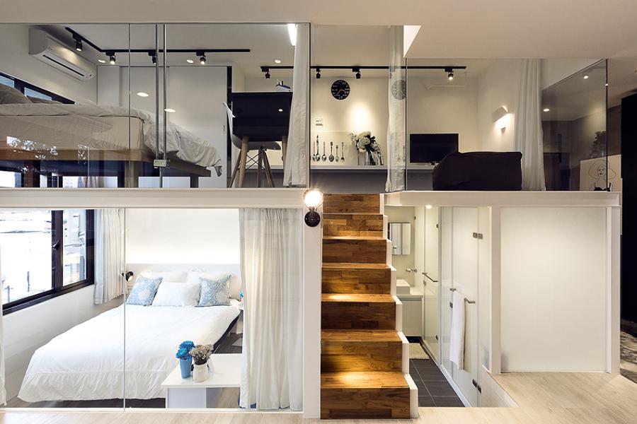 Vivienda tipo loft con 2 plantas y escalera de madera