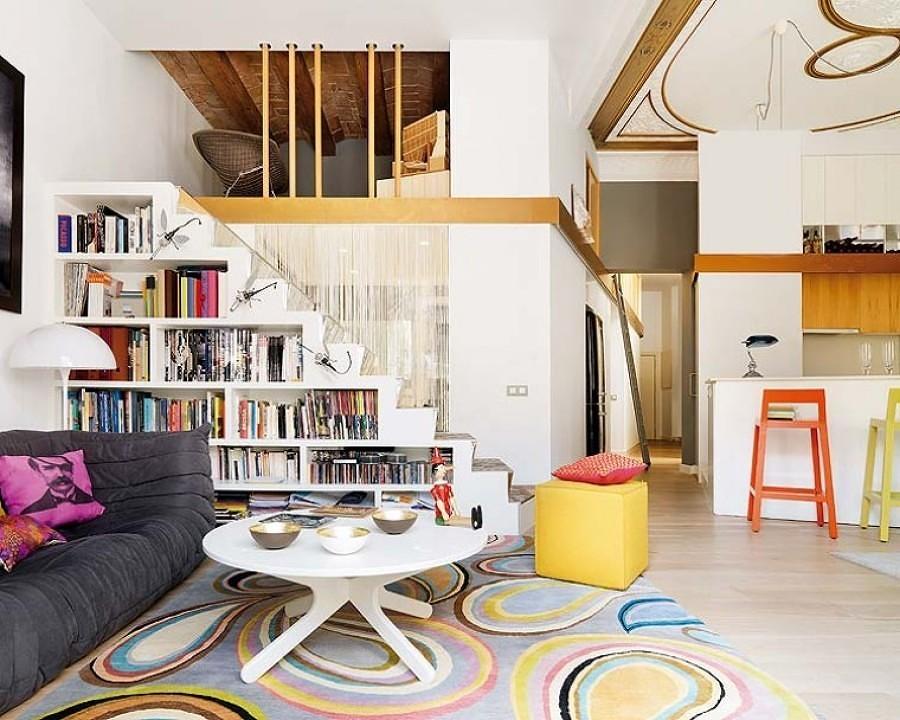 Escaleras con librero abajo