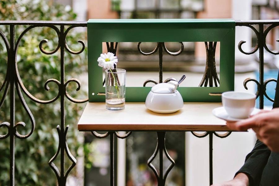 Balcón con mesita