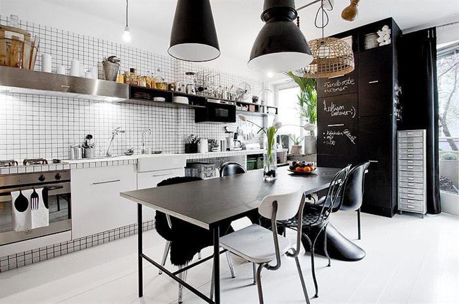 Cocina con azulejos y pizarrón