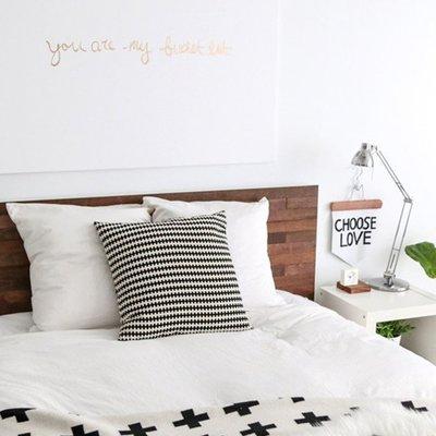 cama con cabecera de madera