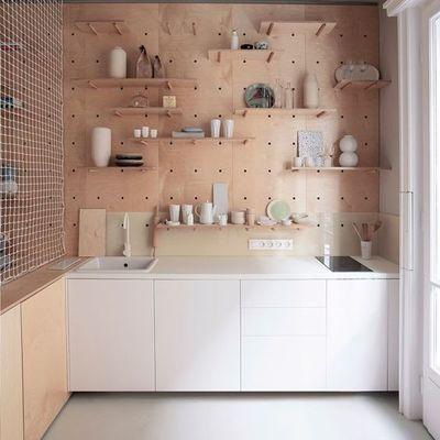 Cocina con repisas en la pared