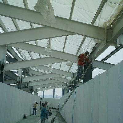 Aplicación de pintura en estructura metálica de espacios comerciales