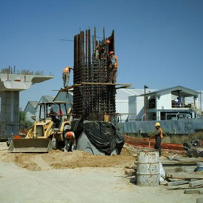 Costrucción de un puente ferroviario para el tren suburbano.