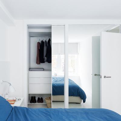 clóset blanco con espejo