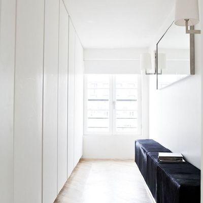 Clóset blanco en el pasillo