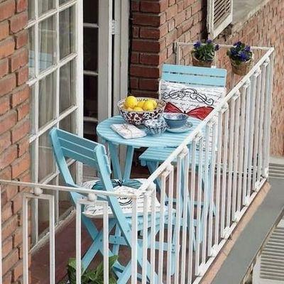 Balcón pequeño con mobiliario de madera
