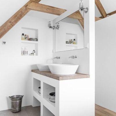 Baño con paredes blancas