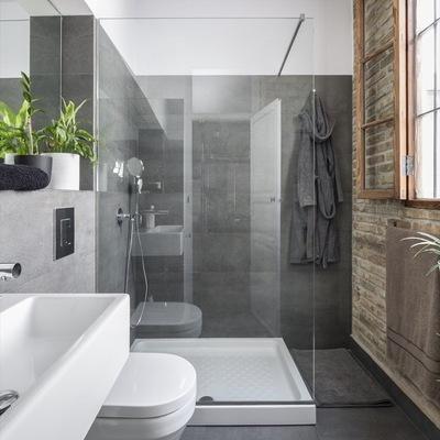 Baño con WC suspendido y regadera con cancel