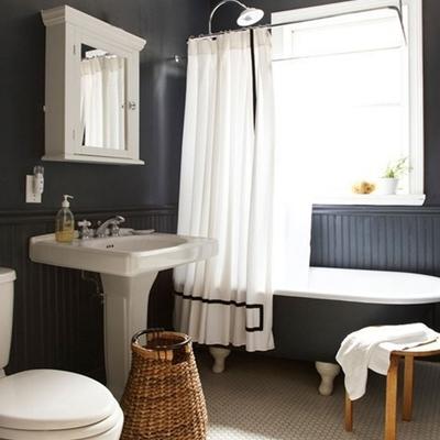 baño con cortinas blanca y negras