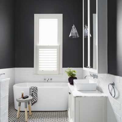 baño con lámpara colgante