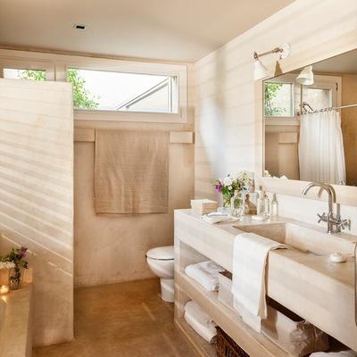 Baño con piso de microcemento y mueble hecho de obra