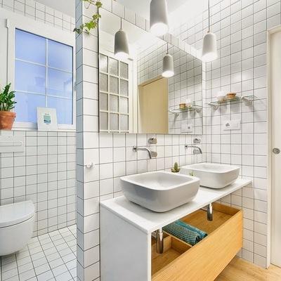 Baño con puerta corrediza y revestimiento de azulejos