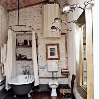 Baño con tuberías antiguas