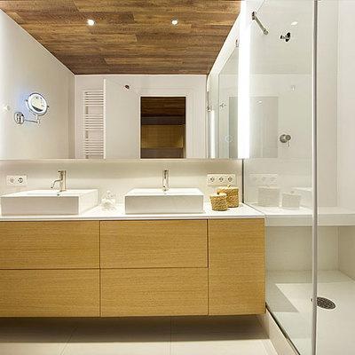 Baño de estilo minimalista con mueble de madera