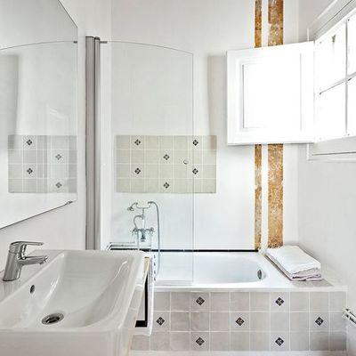 Baño pequeño con ventana de madera