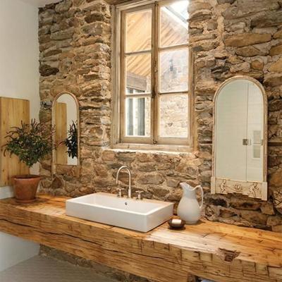 Baño de piedra y madera