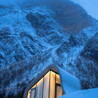 baño vidriado en medio de la montaña