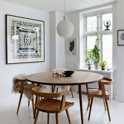 Comedor con mesa circular decorado con cuadros