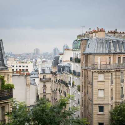Vista fachada edificio en Montmartre