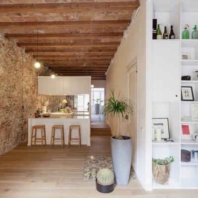 Casa con paredes de piedra y techo de madera